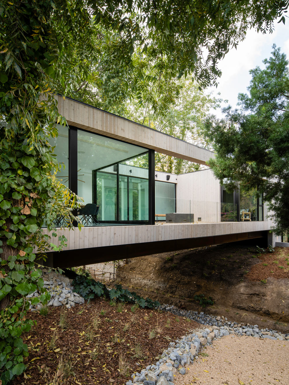 A house like a 'bridge'…